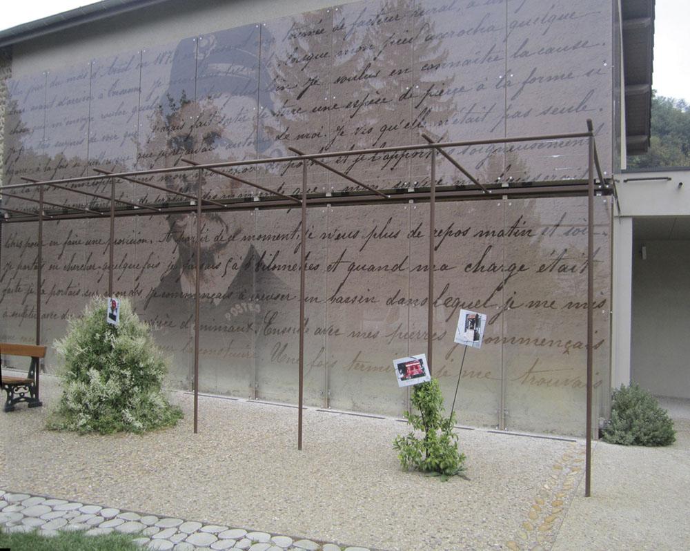 et devant la façade du musée consacré au Facteur Cheval